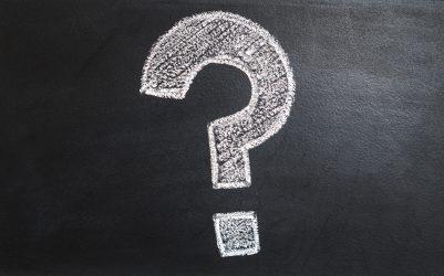 weißes Fragezeichen auf schwarzer Tafel