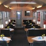 Foto Speisewagen mit Tischen und Sitzplätzen