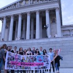Gruppenfoto mit Jugendlichen und JungpolitikerInnen vor dem Parlament