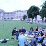 Jugendliche picknicken im Burggarten