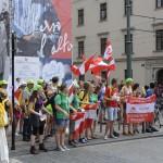 Guppe Jugendlicher mit Österreichfahnen