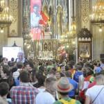 Österreichische Weltjugendtagsgruppen in einer Kirche