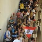 Österreichische Weltjugendtagsgruppen mit Österreichflagge auf einer Treppe