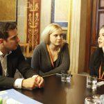 Jugendliche im Gespräch mit Politiker