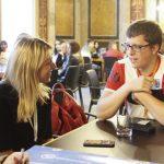 Katharina Kucharowits (SPÖ) und Jugendlicher im Gespräch