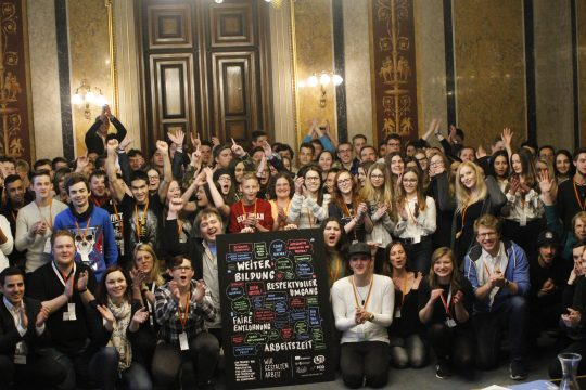 Gruppenfoto von der wir.gestalten.arbeit Abschlussveranstaltung im Parlament
