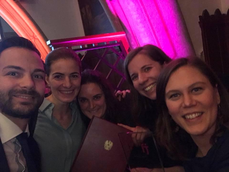 Gruppenfoto: Freude über die Auszeichnung für wir.gestalten.arbeit