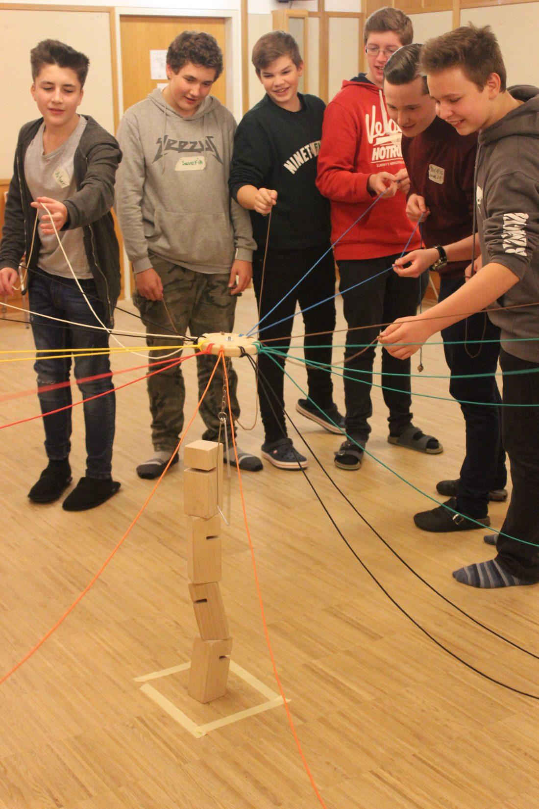 """Geschicklichkeit und Teamarbeit sind beim Bau des """"Tower of Power"""" wichtig. Diese Klasse hat es gemeinsam geschafft!"""